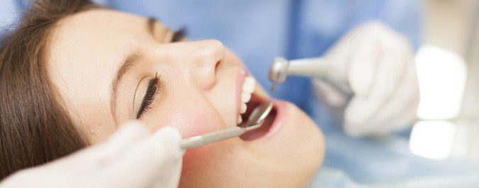 Cuando tenemos una caries debemos acudir cuanto antes al dentista para evitar que vaya a más