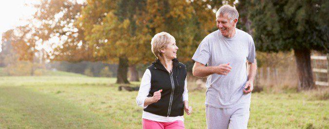 Salir a caminar es una actividad recomendada para todo el mundo