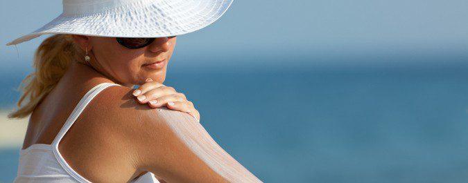 Es imprescindible que nos apliquemos crema protectora antes de la exposición al sol