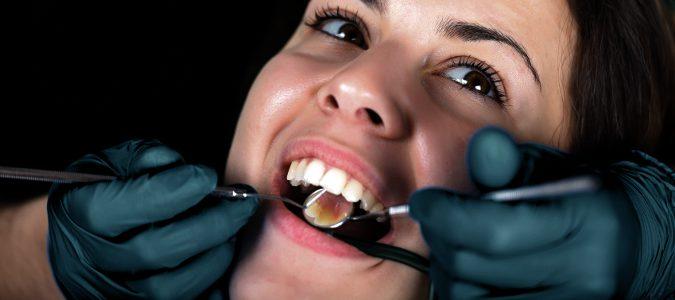 Es importante realizarse limpiezas dentales en el dentista para evitar la acumulación de sarro
