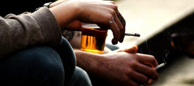 Hábitos como el consumo de alcohol o tabaco pueden agravar los síntomas
