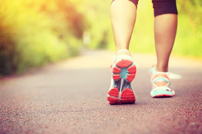 Caminar es un ejercicio más pausado, por lo que hará menos daños a nuestras articulaciones