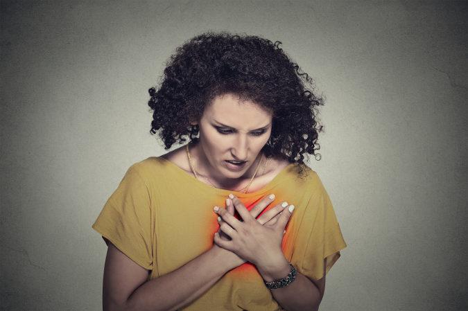 El síntoma común del infarto masculino y femenino es un dolor fuerte en el centro del pecho
