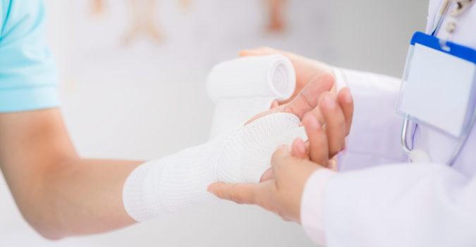 No debemos inmovilizar la muñeca del todo, sino hacer masaje sy moverla poco a poco