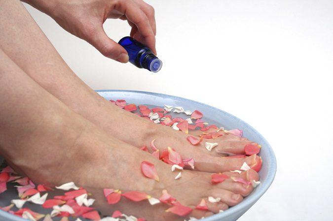 El mal olor de pies se produce por una bacteria