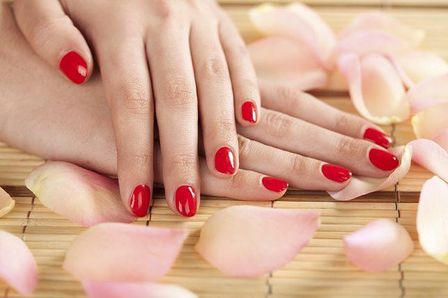 A la hora de pintarte las uñas debes aplicar un esmalte transparente