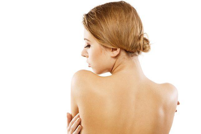 Aparentemente tener granos en la espalda es algo inofensivo