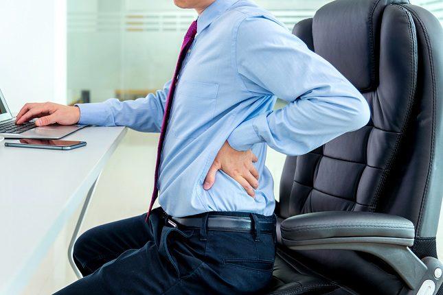 Una de las principales razones por las que aparece la hernia discal es el propio envejecimiento de la persona
