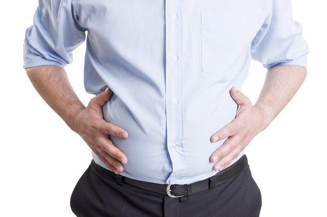 El síntoma más común de la ascitis consiste en un abdomen excesivamente hinchado a causa de la acumulación de líquido