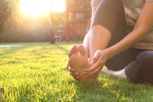 La causa más común por la que suele aparecer el espolón es las malas posturas</b> con los pies
