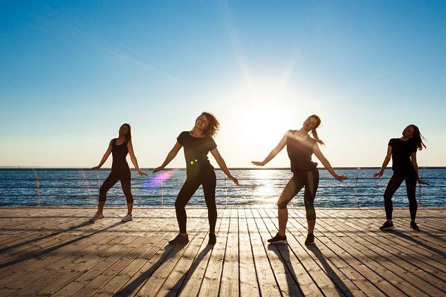 La zumba es una práctica fitness donde se mezcla diferentes estilos de baile latinoamericanos con ejercicios aeróbicos