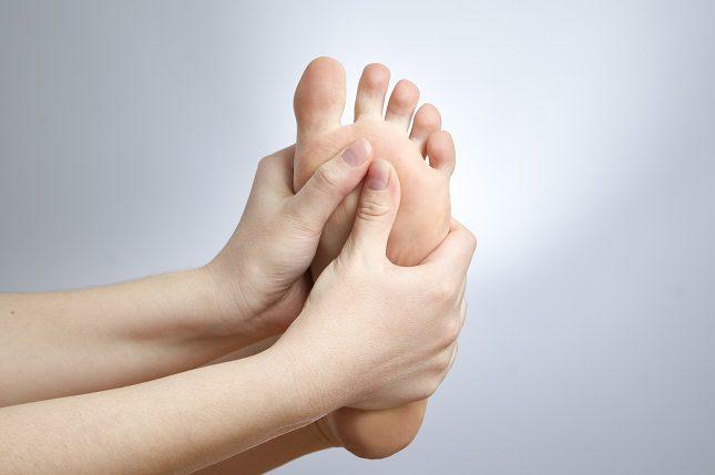 El uso de los zapatos poco adecuados también son las causantes de la aparición de esta dolencia.