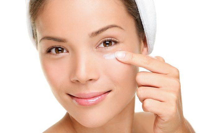 La piel que rodea a los ojos es de las más sensibles de la cara