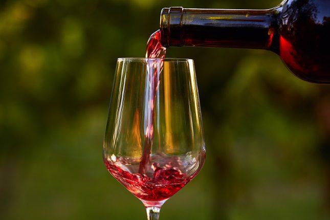 El vino es una bebida alcohólica, por lo que <b>no todo el mundo puede o debe tomarla