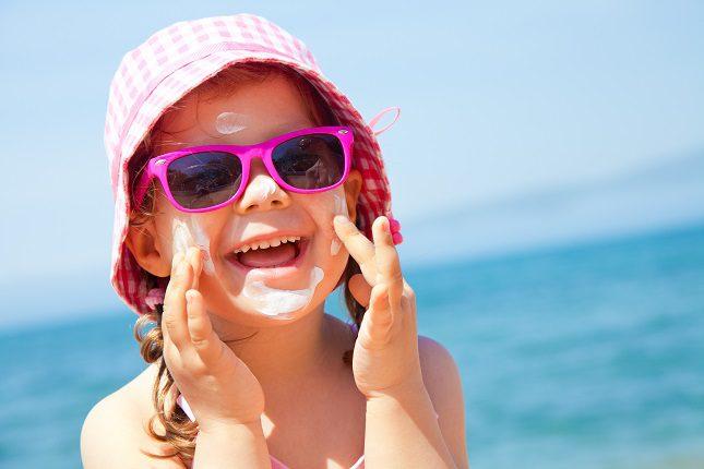 Si vas a la playa o a la piscina debes evitar que los niños estén expuestos al sol durante las horas centrales del día