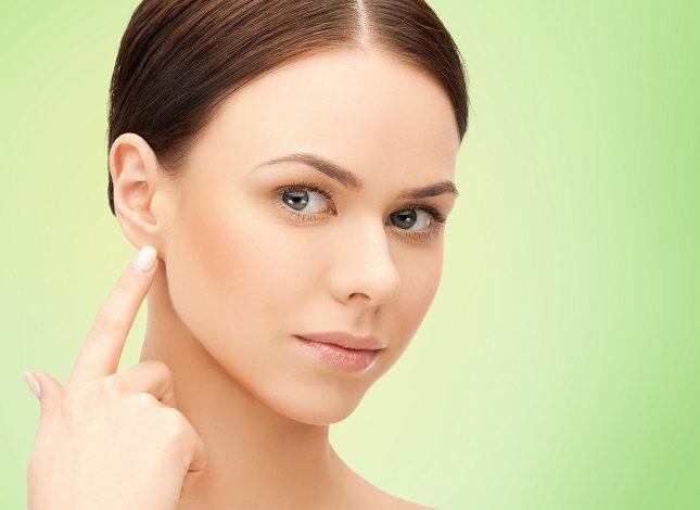 Los síntomas más claros de que hay una gran cantidad de cera en los oídos son un cierto dolor en la zona, zumbidos y un poco de picazón
