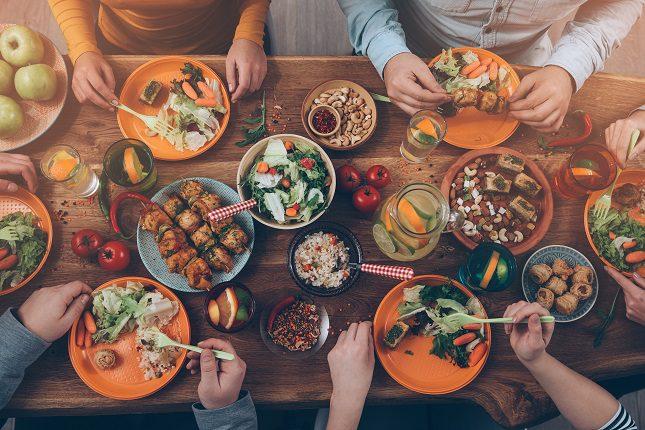 Una ingesta diaria de 25 calorías por kilogramo de masa corporal magra es un buen comienzo para empezar