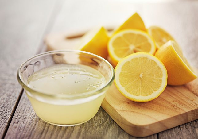 Una forma común de aplicación del zumo de limón es mezclar unas gotas con glicerina para lavarte las manos