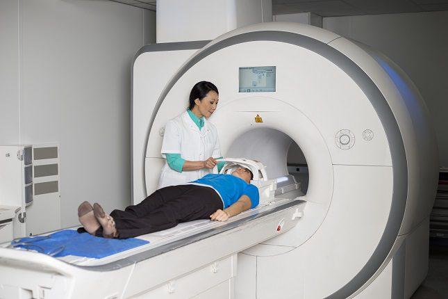 La persona que se somete a la resonancia magnética no tiene porque permanecer en el hospital ingresada