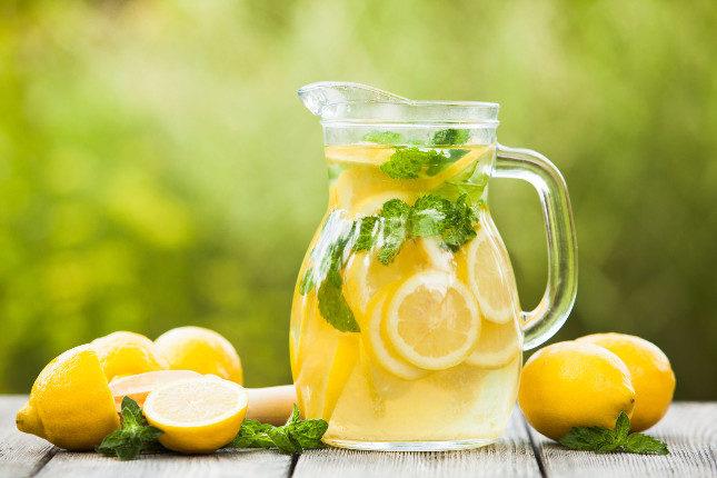 El agua de limón o limonada favorece el tránsito intestinal