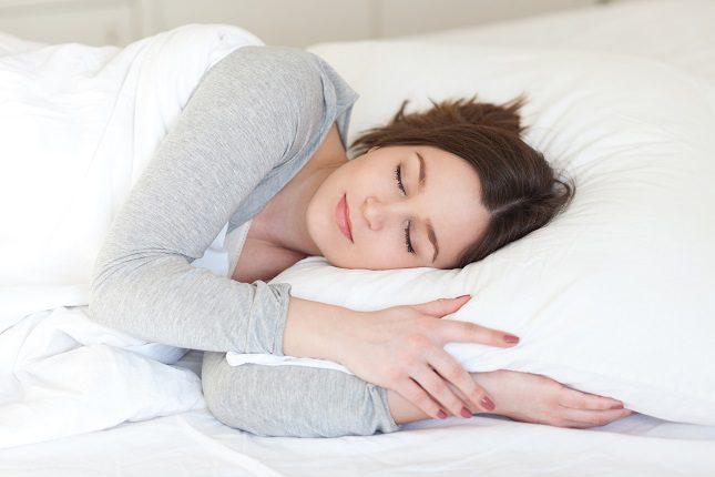 Intenta minimizar el uso de la cama para otras actividades como mirar la televisión o el teléfono