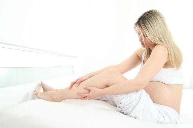La retención de líquidos en el embarazo provoca la hinchazón de zonas como las piernas