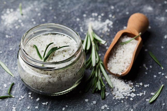 El consumo de sal en exceso puede causar numerosos problemas de salud