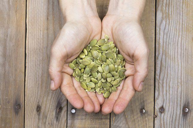 Las semillas de calabaza son un aperitivo relleno de fibra que no pueden faltar en tu dieta