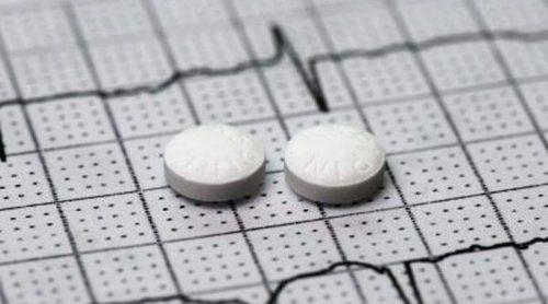 ¿Tomar una aspirina al día previene ataques cardíacos?