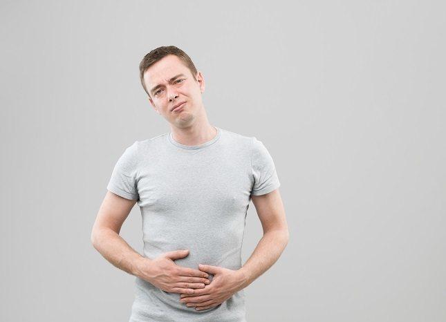 El síntoma más común de una úlcera antral es un dolor ardiente o punzante en el estómago
