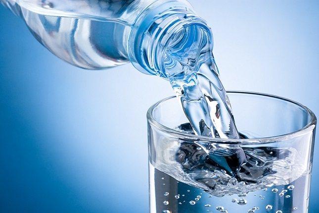Si bebes mucha agua durante la noche es probable que tengas que levantarte varias veces durante la noche