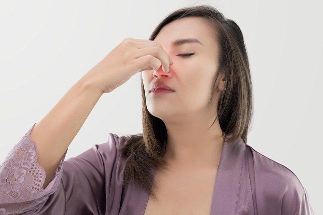 Tus senos paranasales se encuentran detrás de tus ojos y debajo de tu frente, pómulos y el puente de tu nariz