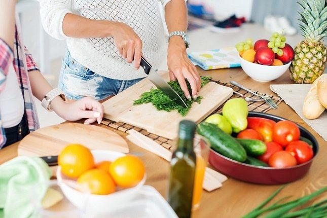 Los alimentos ricos en fibra deben estar presente en la dieta