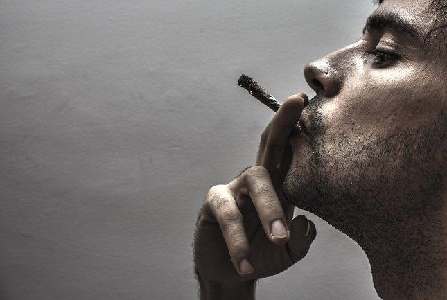 El humo que expulsa el tabaco puede llegar a los pulmones de otras personas que no fuman