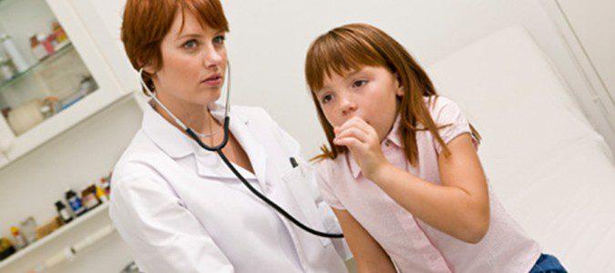 La auscultación permite al médico detectar la presencia de sibilancias u otros sonidos derivados del asma
