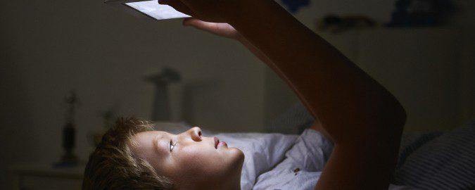 El uso de dispositivos electrónicos antes de dormir afecta a neustro sueño, especialmente en niños