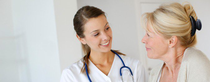 Si el flujo marrón no desaparece u ocurre años después de la menopausia, debemos consultarlo al médico