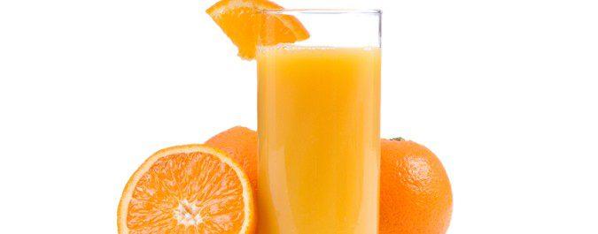 Un zumo de naranja en ayunas con dos kiwis nos ayudará a ir al baño