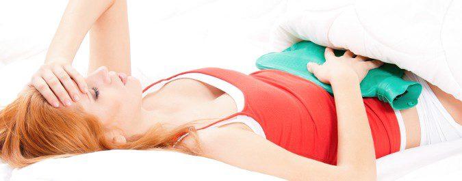 Para los dolores menstruales nos vendrá bien ponernos una fuente de calor en el estómago y descansar