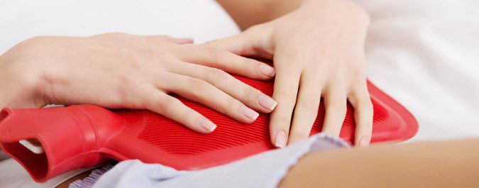 Los dolores menstruales se pueden aliviar aplicando calor en la zona del abdomen