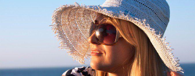 Las gafas de sol y un sombrero nos ayudarán a proteger los ojos y la cara