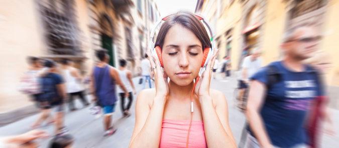 Los auriculares grandes nos aíslan de los ruidos del exterior y no hacen necesario subir tanto el volumen