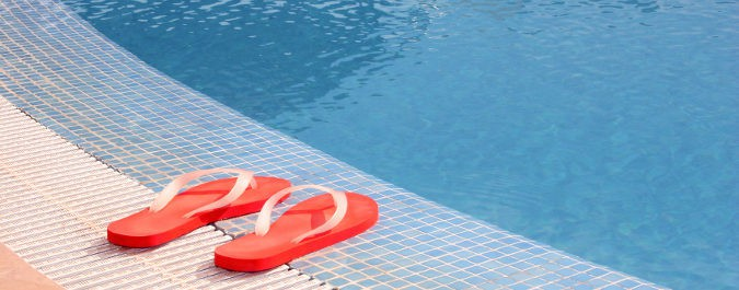 Pare prevenir los hongos es imprescindible utilizar un calzado que nos aísle del suelo de la piscina