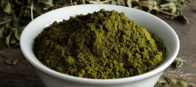 El polvo de henna, antes de hacer la pasta, es de color verde