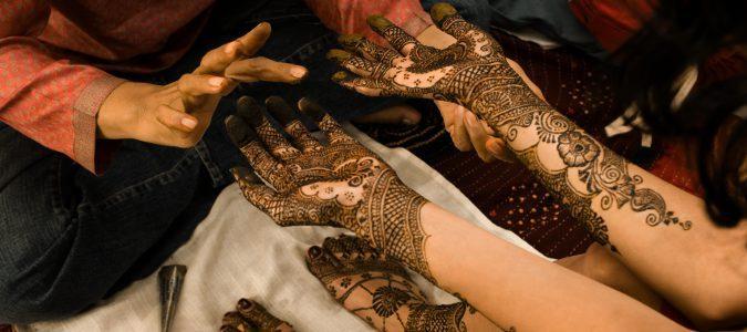 La henna natural debe estar dos horas sobre la piel y siempre debe ser de color rojizo o marrón