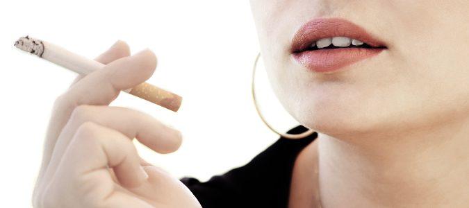 El tabaquismo puede adelantar la llegada de la menopausia.