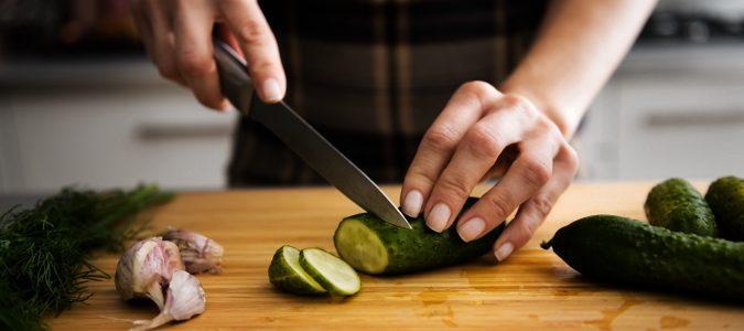 Lavar bien los utensilios de cocina o usar dos tablas distintas para carne y verduras es fundamental