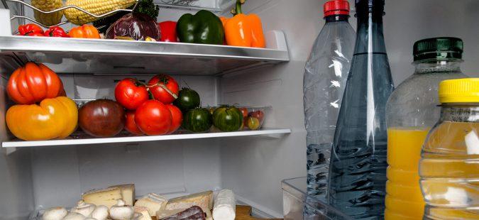 Debemos limpiar la nevera a fondo dos veces al mes y colocar los alimentos de manera adecuada.