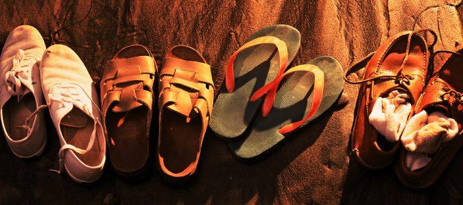 Evita las sandalias completamente planas o con taconec muy altos.