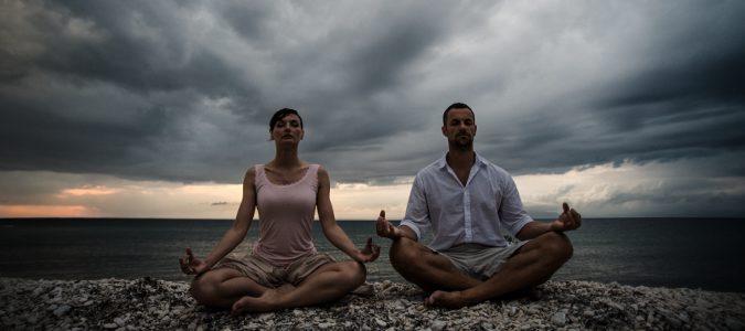 Además de ayudarnos a corregir la postura, el yoga nos ayudará a relajarnos